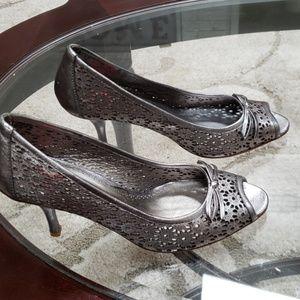 Oscar De La Renta size 8 pewter laser cut heels